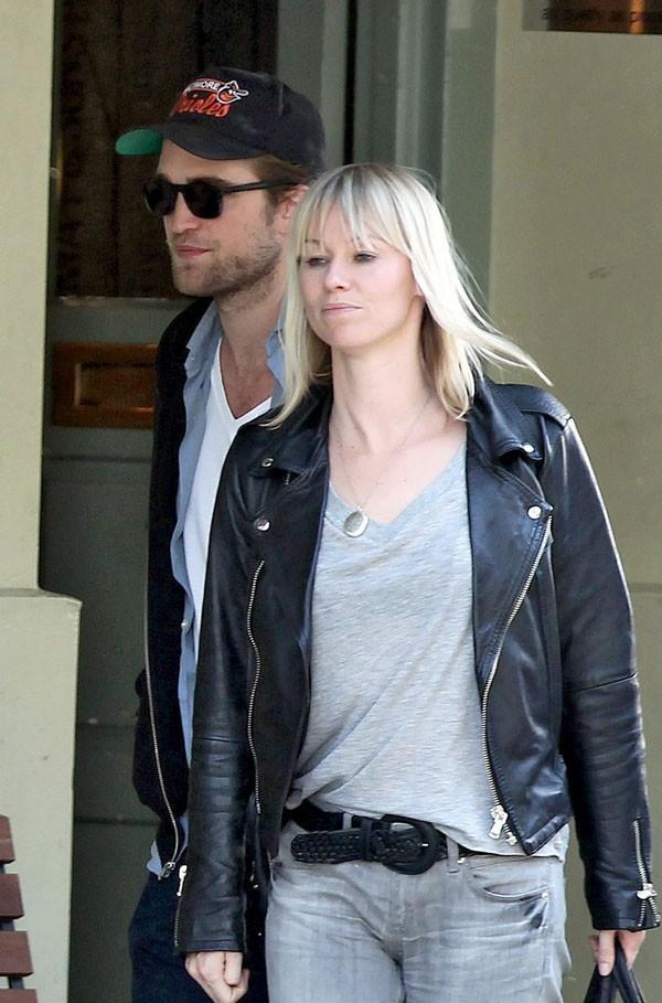 Robert Pattinson a trouvé un peu de compagnie quand Kristen n'est pas disponible !