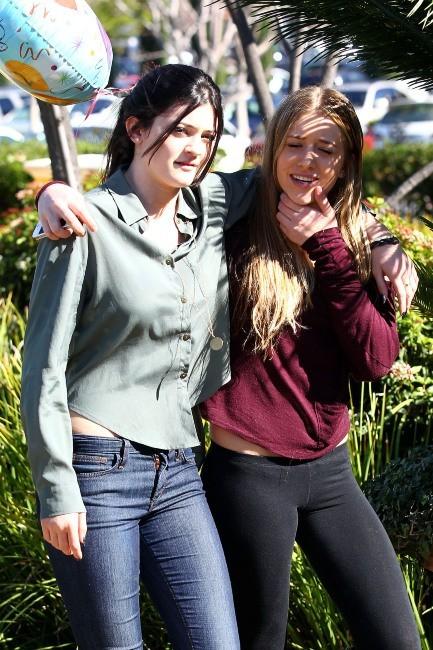 Kylie Jenner et une amie à Calabasas, le 10 février 2012.