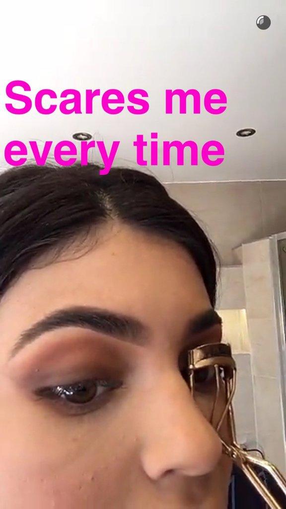 La routine beauté de Kylie Jenner : Le recourbe cils
