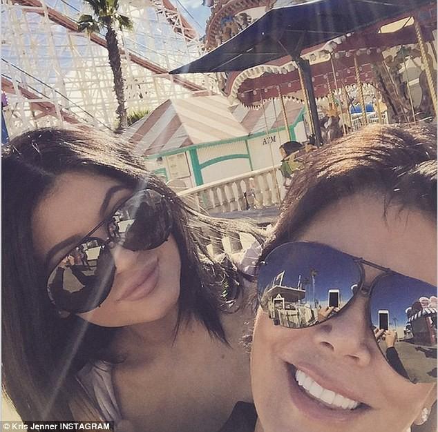 Photos : Kylie Jenner : elle s'éclate avec sa mère et affiche une poitrine XXL !