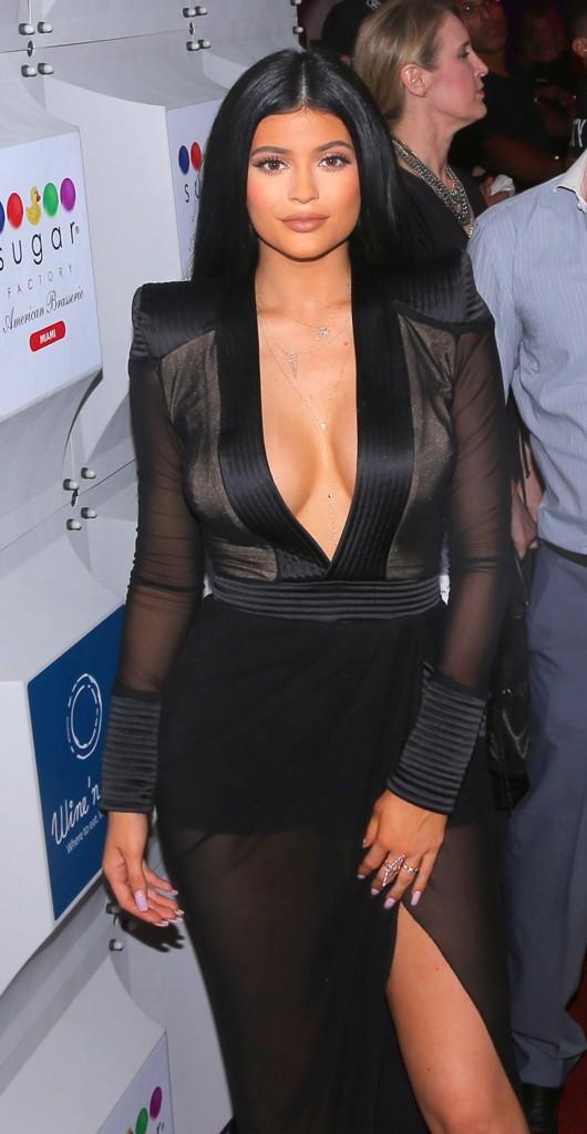 Photos : Kylie Jenner exhibe sa poitrine à Miami !