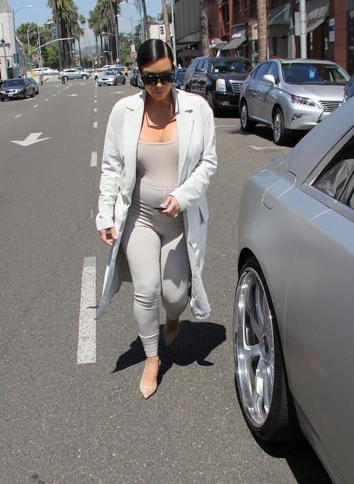 Photos : Kylie Jenner passe au bleu, Kim Kardashian affiche de plus en plus ses formes !