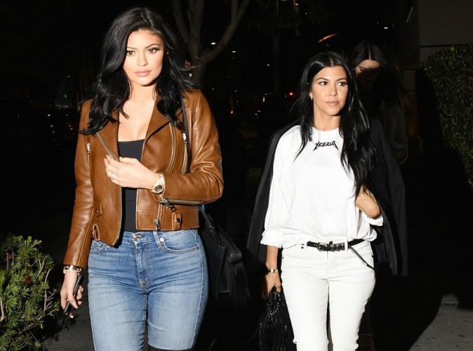 Kylie Jenner, une g�ante mal fagot�e � c�t� de Kourtney Kardashian !