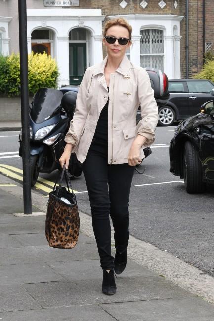 Kylie Minogue se promène à Londres