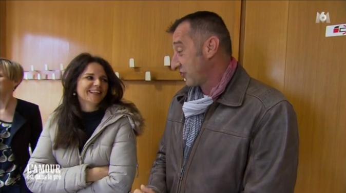 Laetitia et Bruno dans la salle du conseil municipal et... des mariages