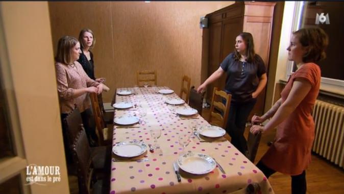 Louise discute avec les amies de Julien