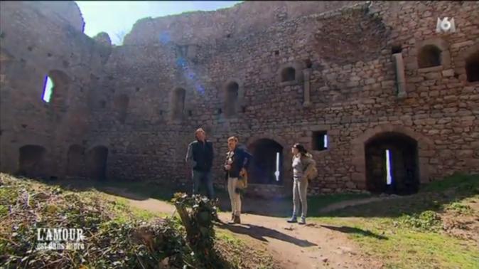 Pour les prétendantes de Bruno, c'est balade jusqu'aux ruines du château