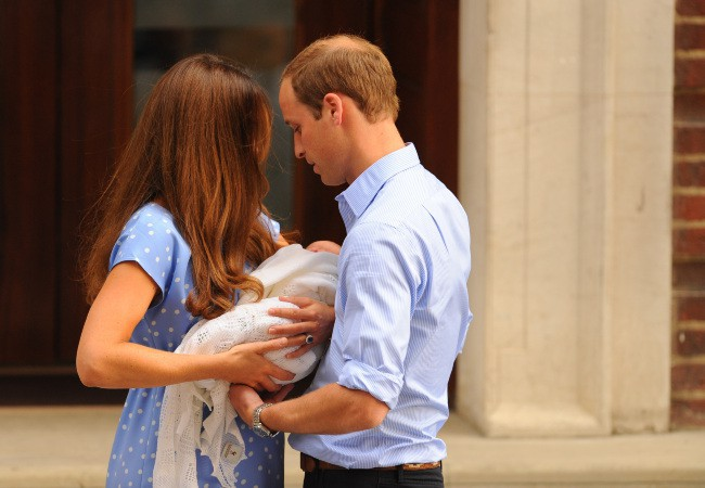Kate Middleton et le prince William à la sortie de la maternité, le 23 juillet 2013.