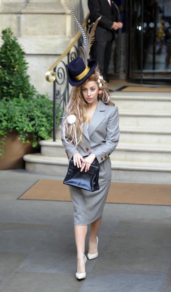 Plus folle que Vivienne Westwood ? Lady Gaga en Vivienne Westwood !