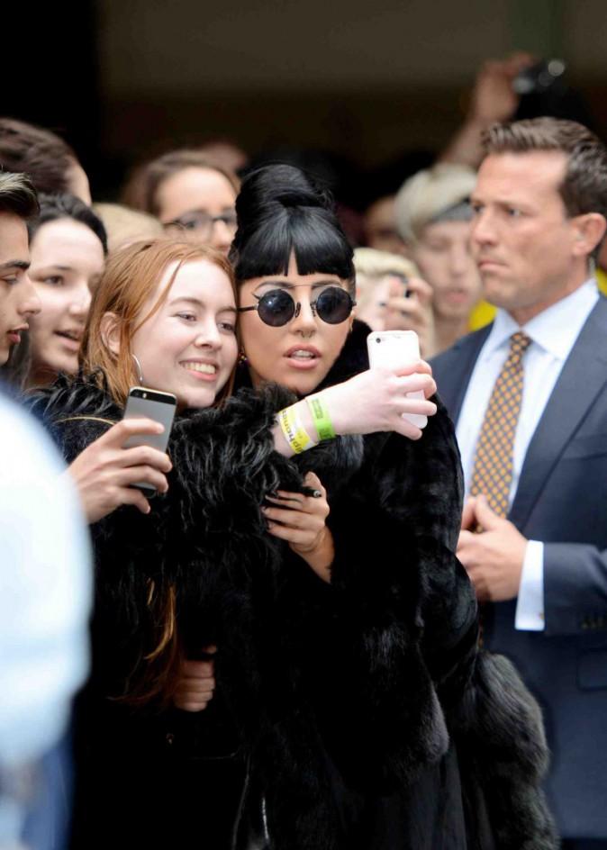 Lady Gaga : à l'aéroport, la star offre un selfie et une jolie vue sur ses fesses !