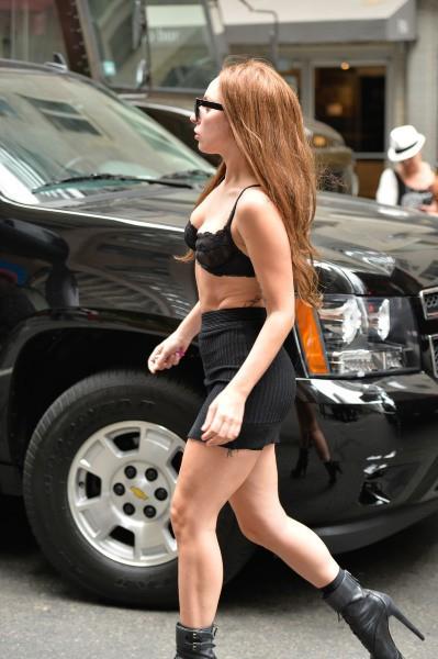Lady Gaga en soutien-gorge dans les rues de new york, le 11 juillet 2013.