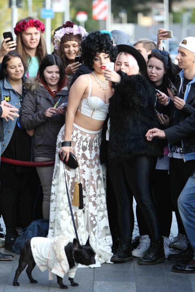 Lady Gaga : bain de foule avec Asia, elle opte (encore) pour du transparent !