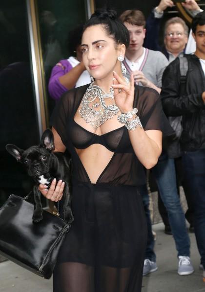Lady Gaga en combinaison transparente dans les rues de New York, le 12 juin 2014
