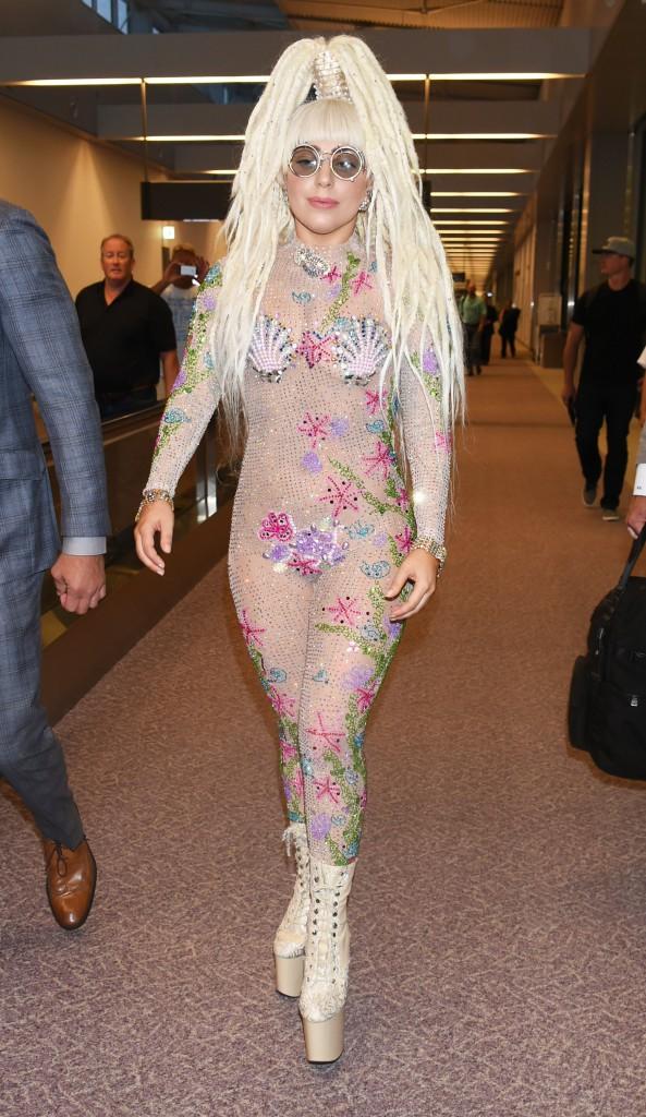 Photos : Lady Gaga : coupe façon poulpe et coquillages sur la poitrine, vous avez dit too much ?