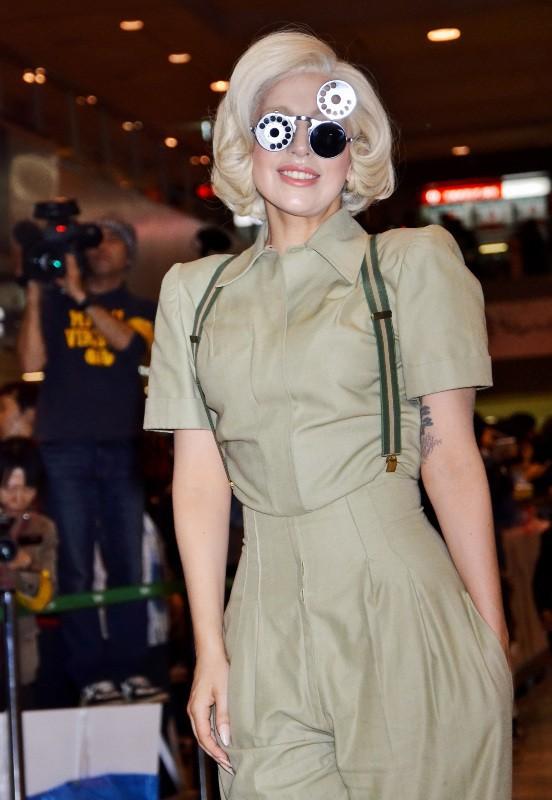 Lady Gaga débarque à Tokyo, le 25 novembre 2013.