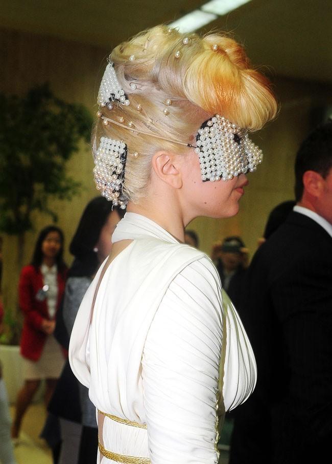 Zoom sur sa coiffure déjantée !