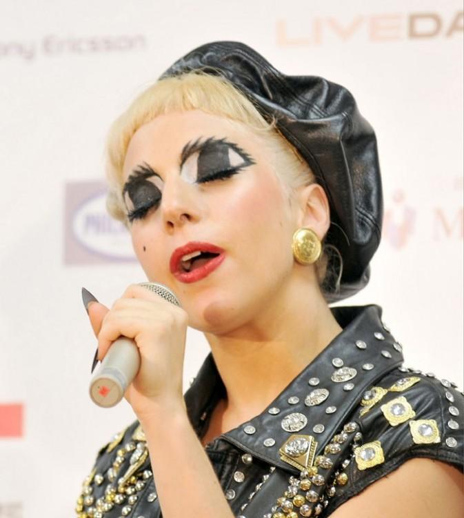 Elle se chauffe la voix avant de monter sur scène !