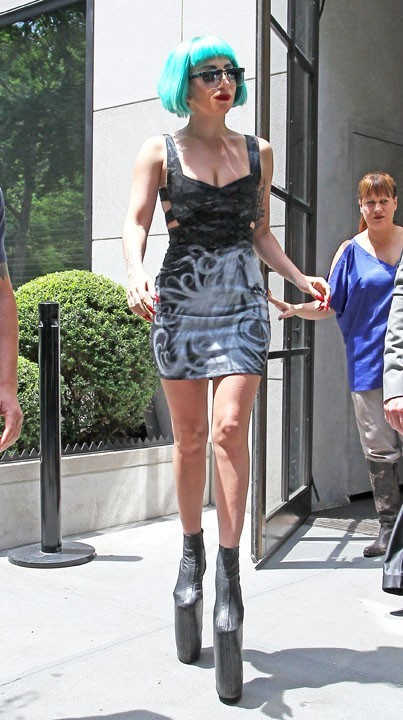 Lady Gaga et ses boots incroyables !