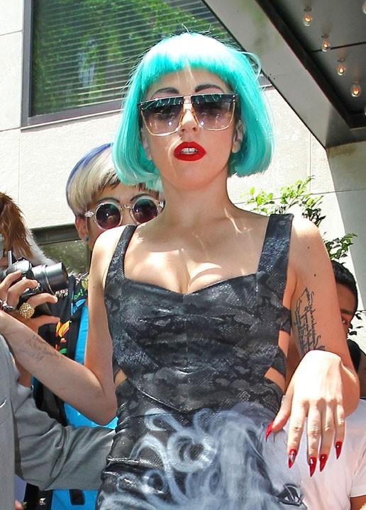 Lady Gaga sortant de son hôtel à New York, le 7 juin 2011.