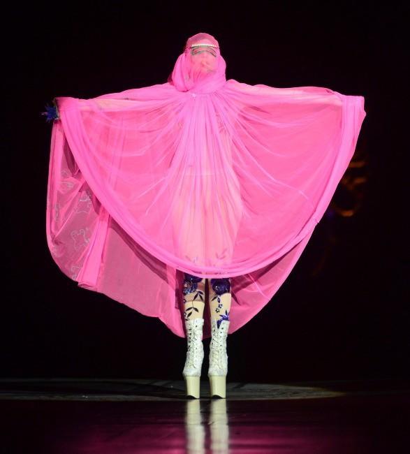 Lady Gaga sur le podium du défilé Philip Treacy à Londres, le 16 septembre 2012.