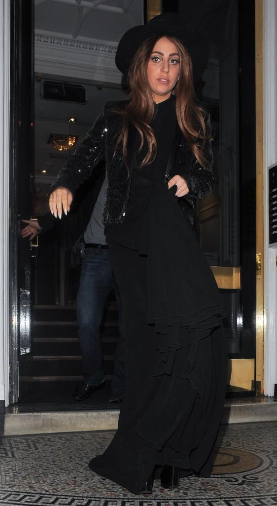 Lady Gaga quittant l'ambassade de l'Equateur à Londres, le 8 octobre 2012.