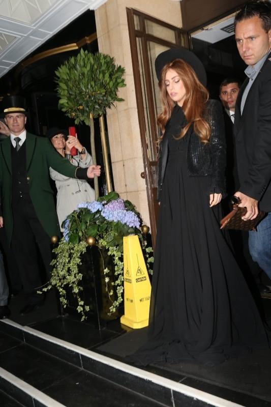 Lady Gaga sortant de son hôtel à Londres, le 8 octobre 2012.