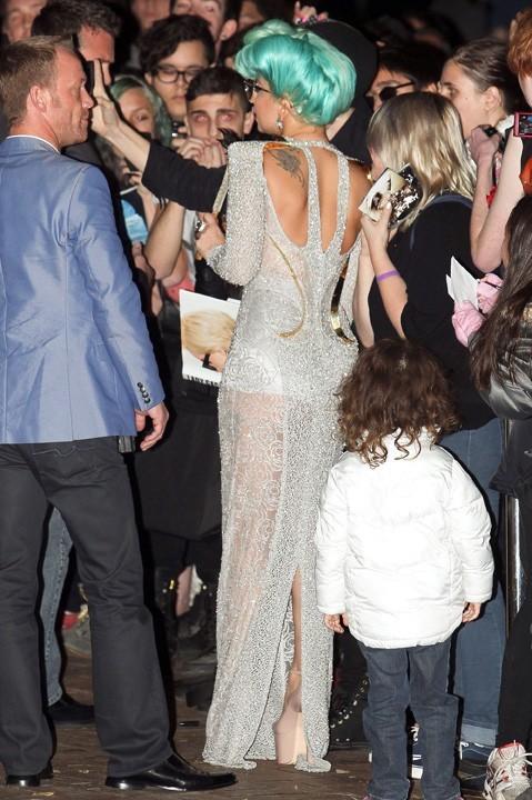 Lady Gaga à la sortie de son hôtel de Sydney le 17 juin 2012