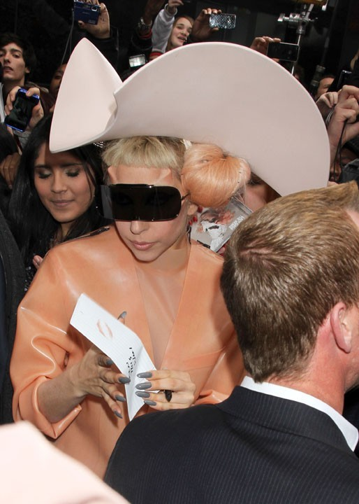Même pas chaud dans sa tenue de latex, elle prend le temps de signer quelques autographes à la sortie de l'émission.