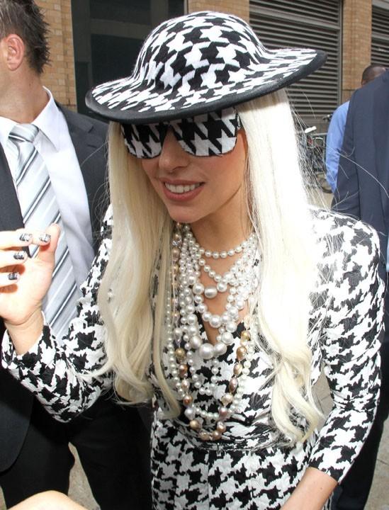 Elle a même assorti son piano à sa tenue...