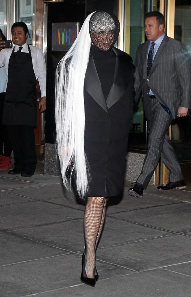Photos : Lady Gaga : toujours à visage couvert, elle dégaine le look ultra-dark !