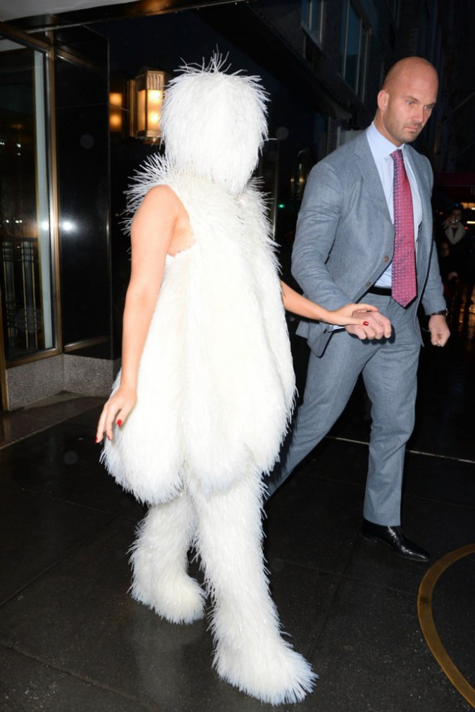 Photos : Lady Gaga : un look au poil pour la Mother Monster qui sort à visage couvert !