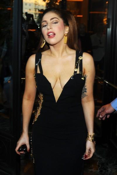 Lady Gaga dans une robe Versace Vintage à la sortie de son hôtel à Milan, le 2 octobre 2012.