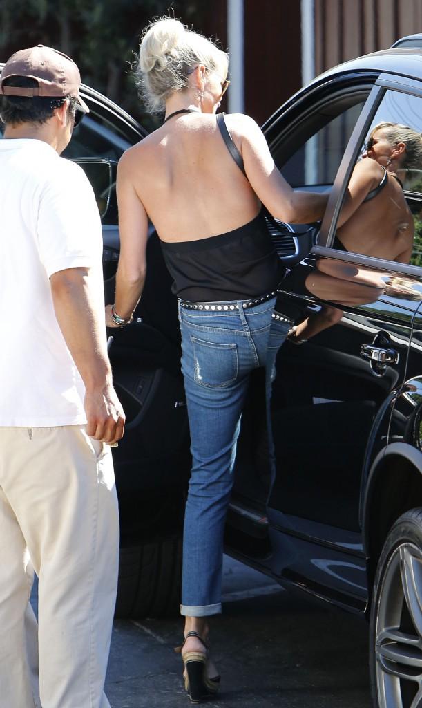 Photos : Laeticia Hallyday : maxi décolleté à L.A, la bombe de Johnny s'affiche top et sexy !