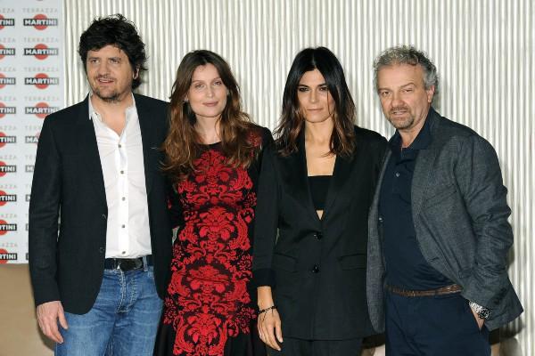 """Fabio De Luigi, Laetitia Casta, Valeria Solarino et Giovanni Veronesi lors du photocall du film """"Una donna per amica"""" à Milan, le 25 février 2014."""