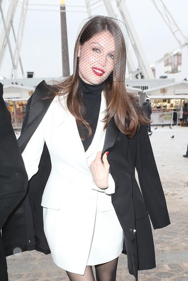 Laetitia Casta à son arrivée au défilé Haute-Couture Dior organisé aux Tuileries, à Paris, le 21 janvier 2013