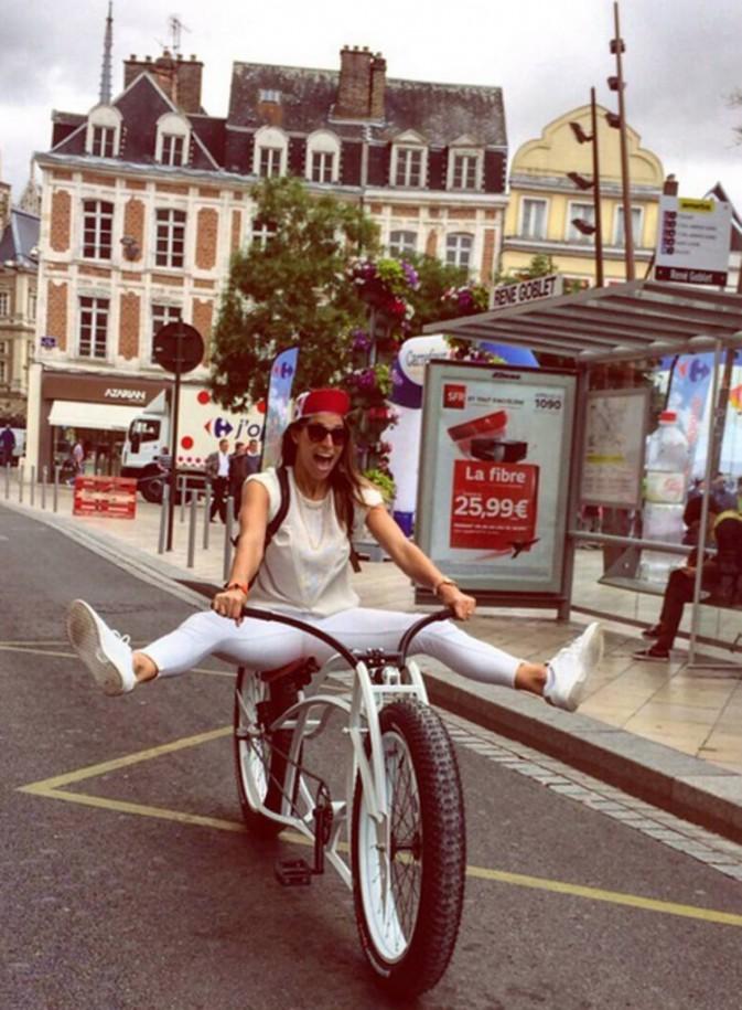 Laury Thilleman s'éclate sur le Tour de France !