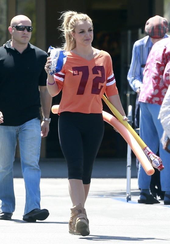 Britney Spears et son boyfriend à la sortie d'un supermarché, le11 avril 2013 en Californie