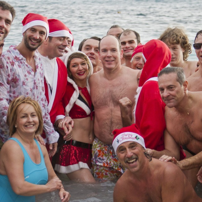 Albert de Monaco lors de la traditionnelle baignade annuelle de Noël, le 18 décembre 2011.