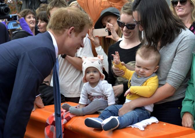 Photos : Le prince Harry : aux petits soins avec les enfants !
