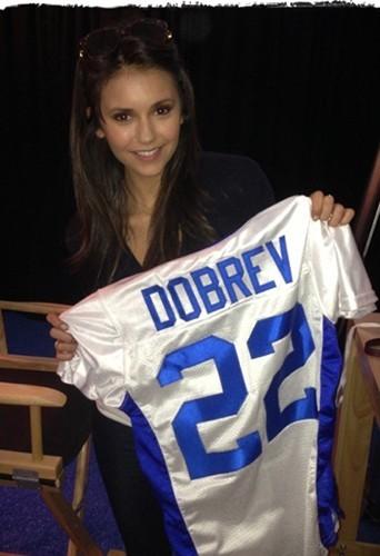Nina Dobrev s'éclate au Superbowl !