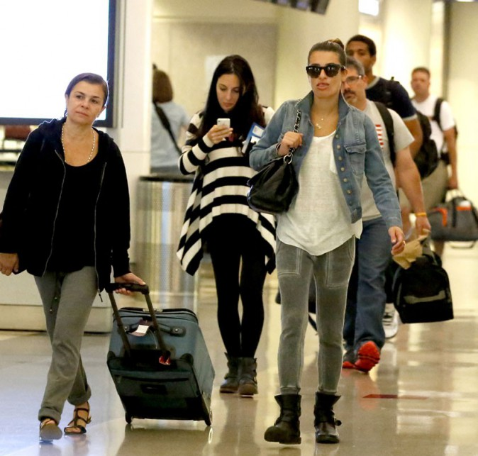 Lea Michele s'achète des magazines people à l'aéroport de Los Angeles
