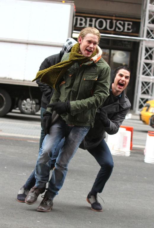 Chord Overstreet et Darren Criss sur le tournage de Glee à New-York le 13 mars 2014