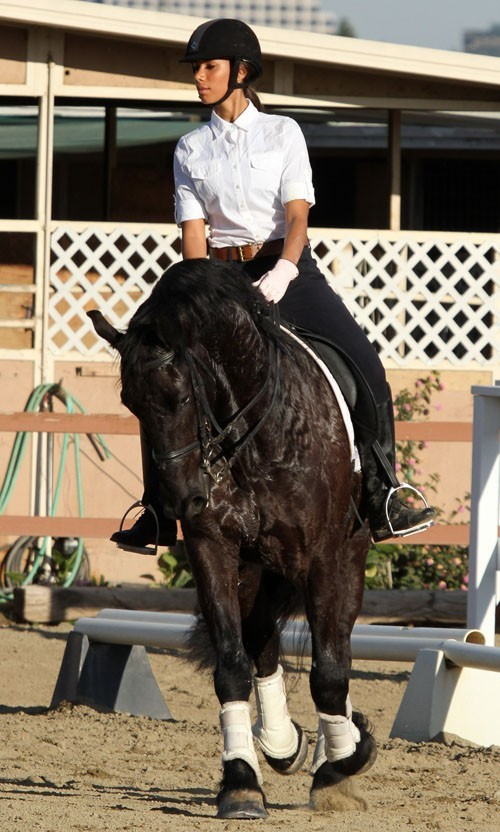 Le cheval ne se rend pas compte qu'il est monté par une star !