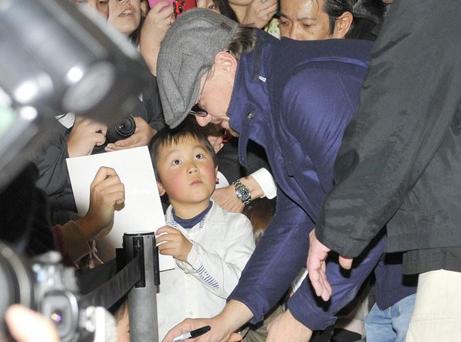 Leonardo DiCaprio : accueilli très chaleureusement au Japon, il prend le temps de faire plaisir aux enfants !