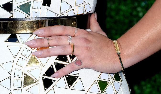 Le petit coeur rouge sur le doigt de Kelly Osbourne