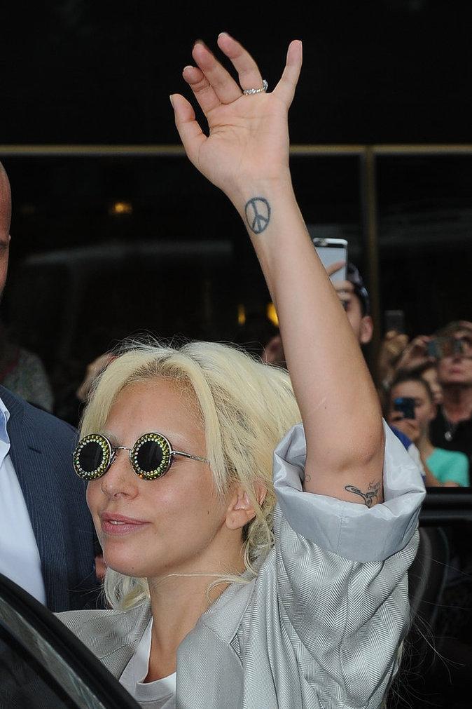 Le symbole Peace sur le poignet de Lady Gaga