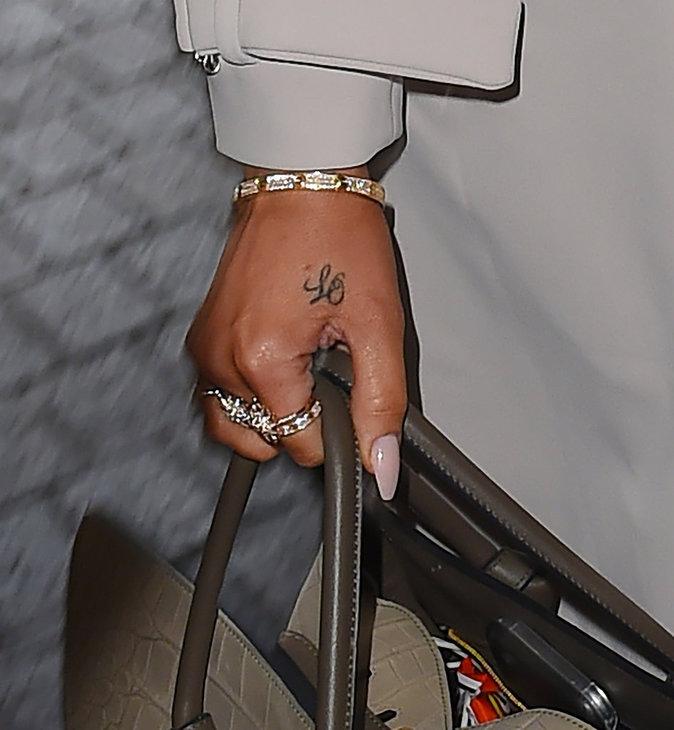 Les initiales sur la main de Khloe Kardashian