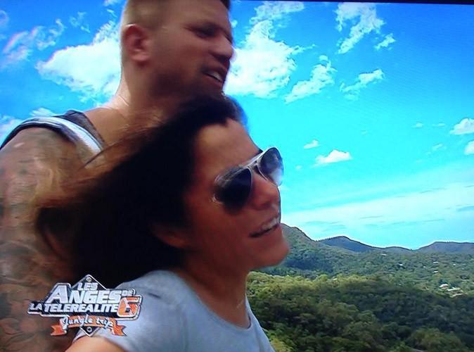 Pendant qu'Anaïs et Benjamin profitent de la vue en plein air...