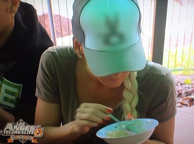 Amélie pète encore un plomb en découvrant une bébéte dans son petit-dej