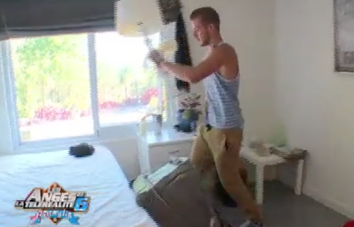 Julien décide de déranger la chambre de Fred et s'attire les foudres de la doyenne